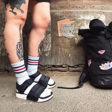 Шкарпетки з чорно-червоними смужками