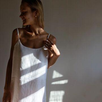 Біла лляна сукня