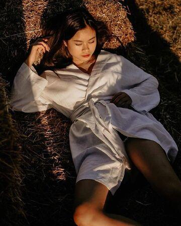 Білий халат-кімоно міді з поясом