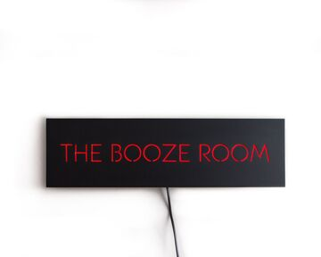 Червоно-чорна неонова вивіска The Booze Room