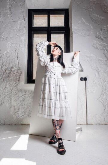 Біла сукня в клітинку