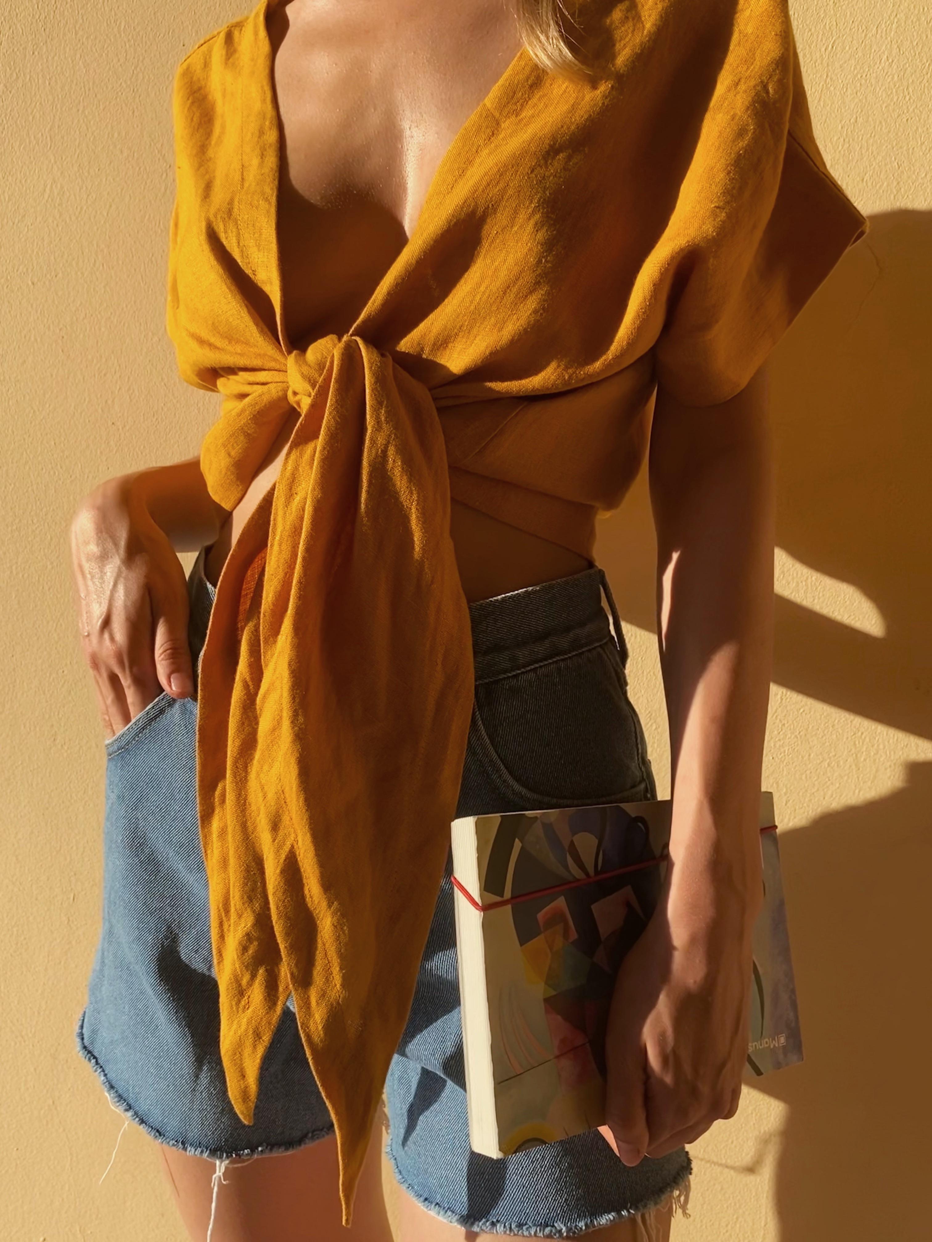 Жовтий лляний топ з відкритою спиною