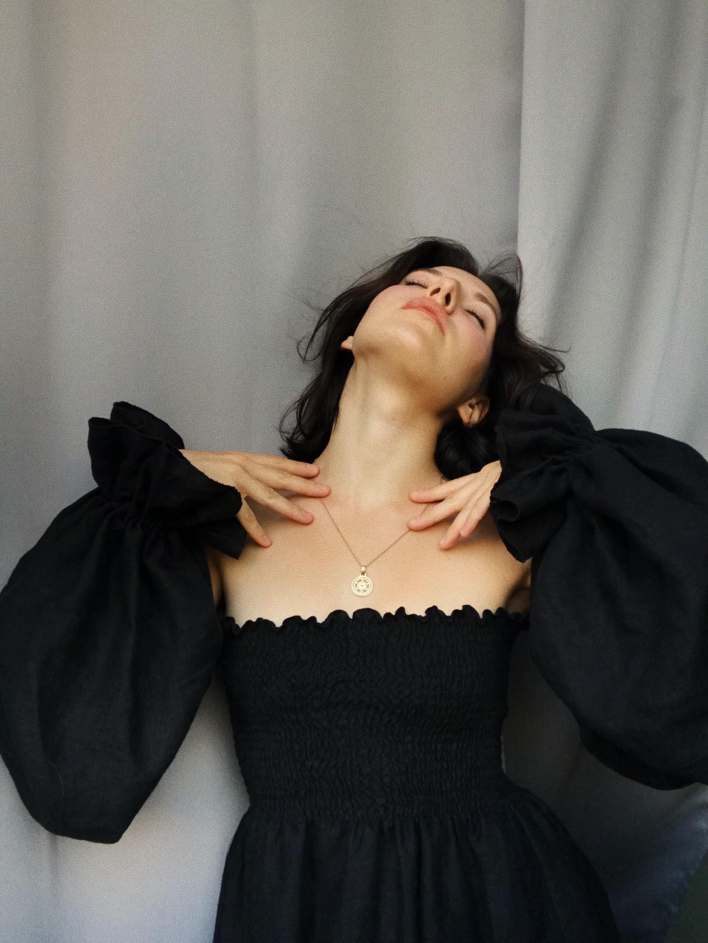 Чорна лляна сукня