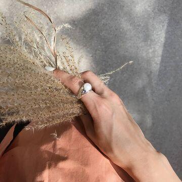 Перстень з великою перлиною