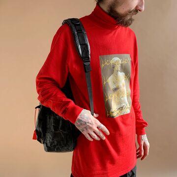 Червона водолазка з принтом на грудях Искусство