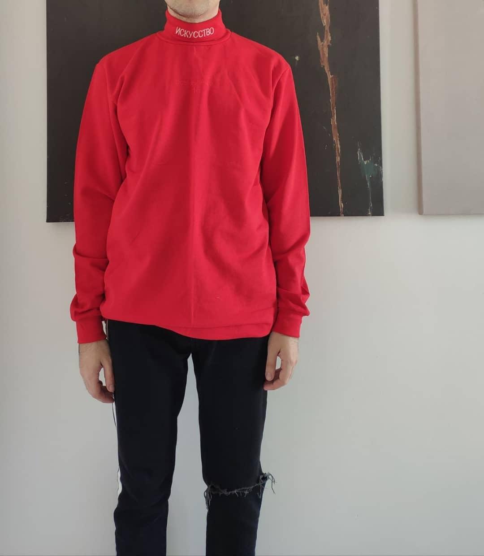 Червона водолазка з написом на горлі Искусство