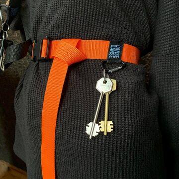 Оранжевый ремень с карабином